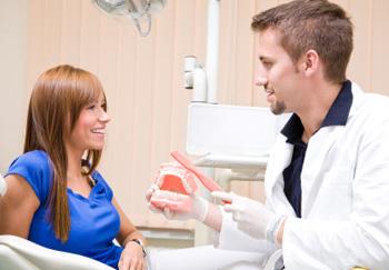 Der Zahnarzt nimmt eine professionelle Zahnreinigung vor